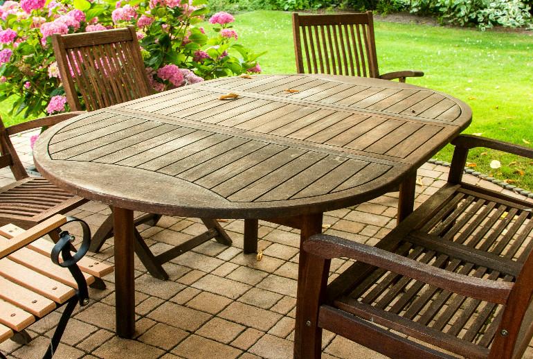 Gartenmöbel aus Holz Pflege